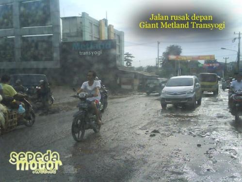 jalan rusak depan giant metland transyogi cileungsi