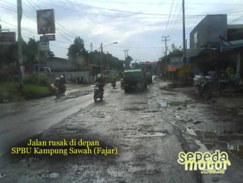 jalan rusak depan spbu kampung sawah fajar  cileungsi