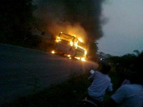 bus-sinar-jaya-dibakar-massa